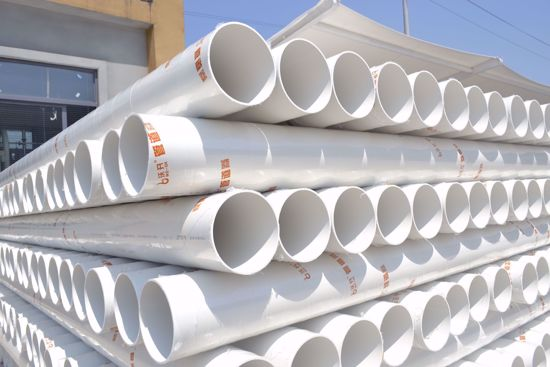 PVC-U排水管是以卫生级聚氯乙烯(PVC)树脂为原材料生产的一种管材。 耐腐蚀性; 内壁光滑,比常规材料摩擦阻力小; 管道及配件永不生锈; 管道配件款式繁多、齐全,可适合各种设计及安装要求; 安装方便,无须定期保养维修; 重量我铸铁管的五分之一,易于运输和操作; 采用胶水粘接,简易快捷,经济高效; 无味、无臭、无毒; 比常规材料价格低廉; 在正常使用条件下寿命可达50年以上。