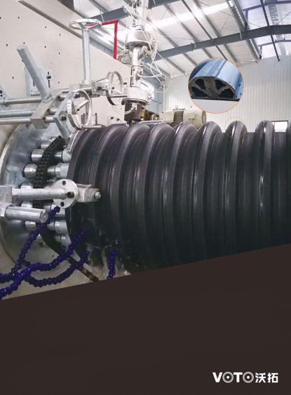 HDPE多肋增强缠绕波纹管(B型)管, 产品执行标准: GB/T19472..2-2004《埋地用聚乙烯(PE)结构壁管道系统第二部分: 聚乙烯结构壁管材》, 产品符合国家化学建筑 材料测试中心检测要求, 质量安全可靠. 施工标准执行CECS164-2004《埋地聚乙烯排水管管道工程技术规程》. 管材具有抗压、耐冲击性好, 承插接口为精密注塑一次成型, 连接方便可靠, 零渗漏, 完全符合闭水试验要求.