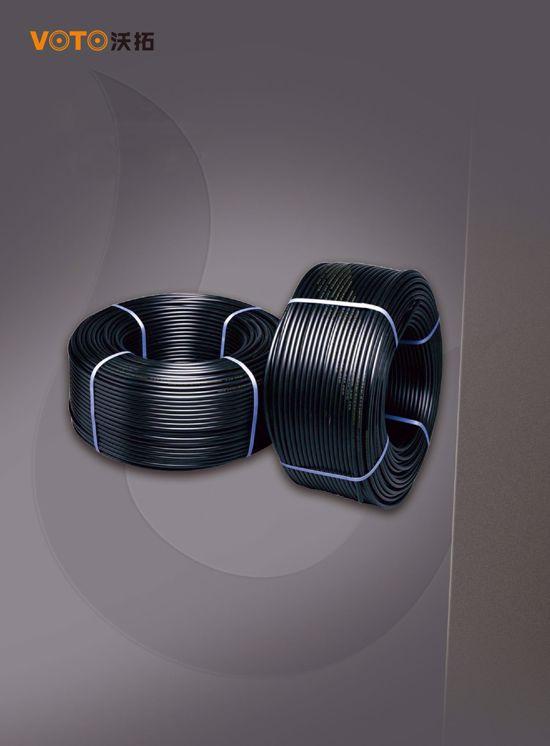 HDPE硅芯管是一种内壁带有硅胶质固体润滑剂的新型复合管道, 简称硅管. 外层是坚韧HDPE层, 内壁是固体的、永久的低摩擦硅材料润滑层, 抗压性能优良, 安装省力、省时. 内壁与HDPE具有相同的无力和机械性能. 内壁不剥落、不脱离, 摩擦性能保持不变,缆线可在管内反复抽取, 便于抢修, 扩容更换. 不与水反应,意外事故后可用水洗管道. 良好的顺直性, 使之可在一定的曲率半径下自由弯曲, 便于不同地形变化埋设施工. 应用范围: 广泛运用于光电缆通信网络系统.